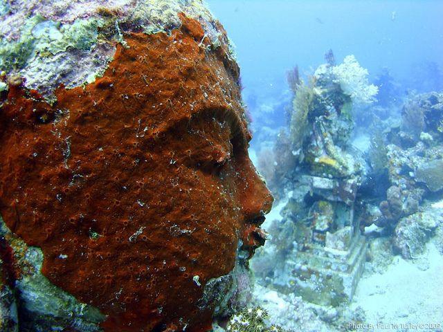 Các pho tượng Phật vẫn toát lên vẻ trang nghiêm, cổ kính